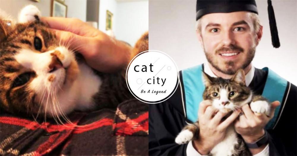 每晚苦讀都有牠!加拿大學生「帶貓拍畢業照」,感謝一路陪伴 奴:牠是最佳陪讀~